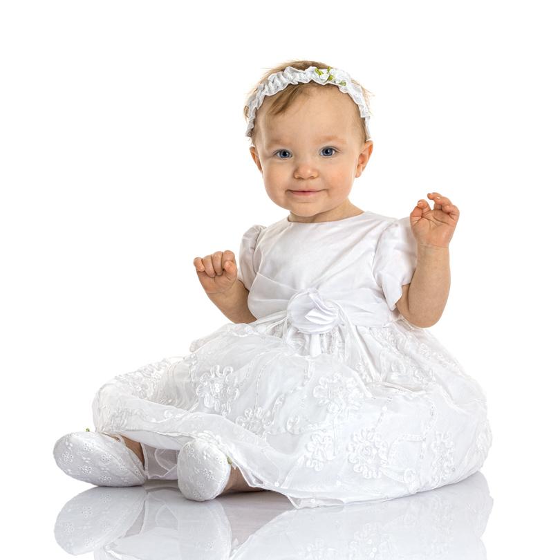 1-åring i vit klänning