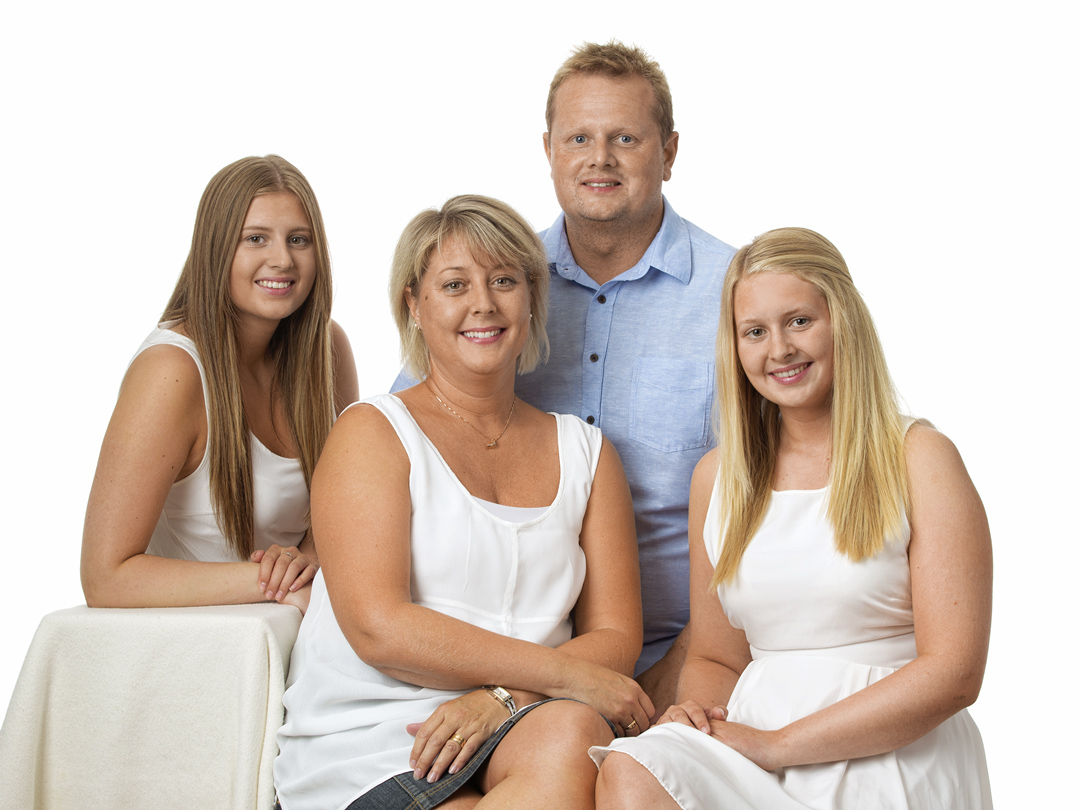 Familj i studio mot vit bakgrund