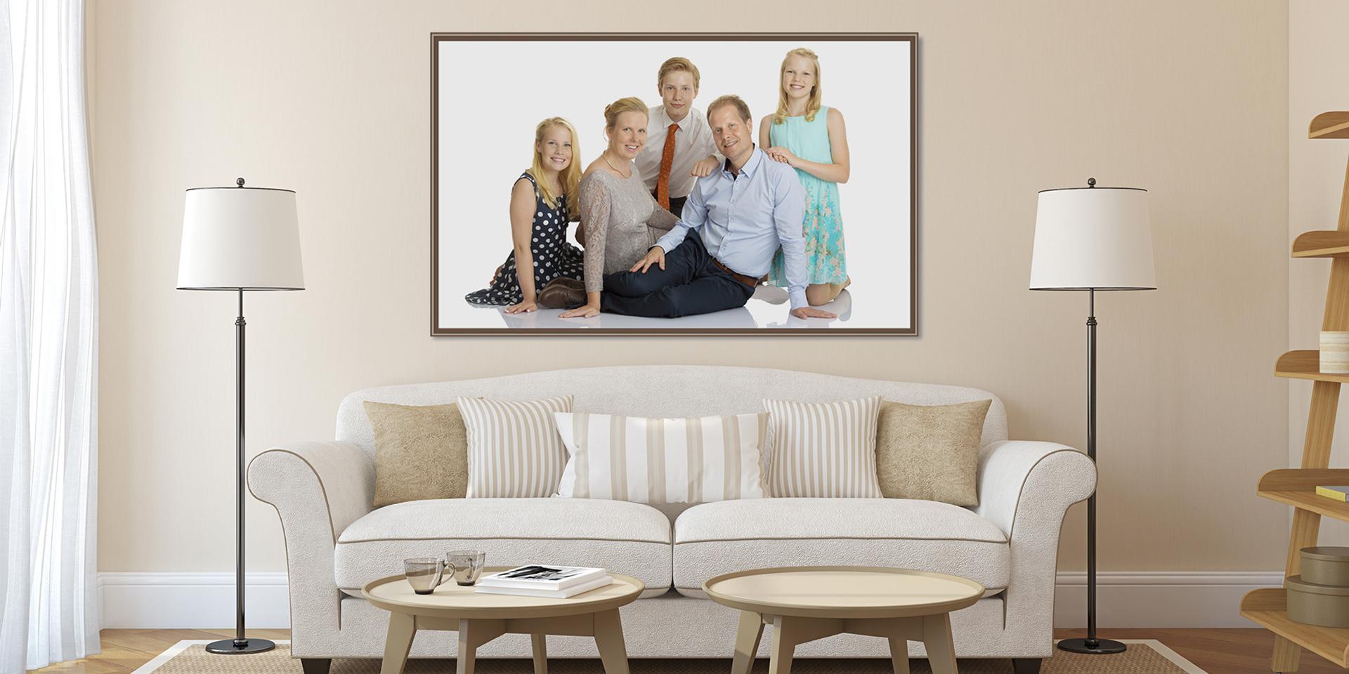 Vardagsrum med familjefoto på väggen