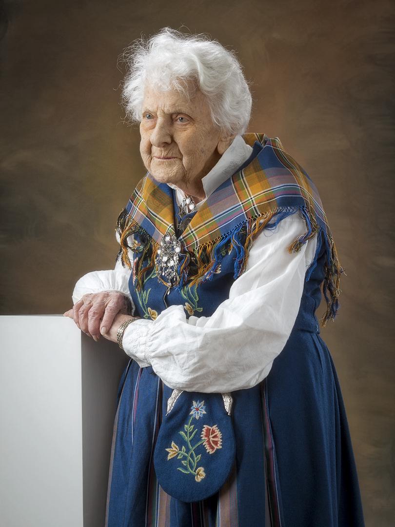 Porträtt på äldre dam